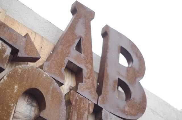 英語ロゴの建物
