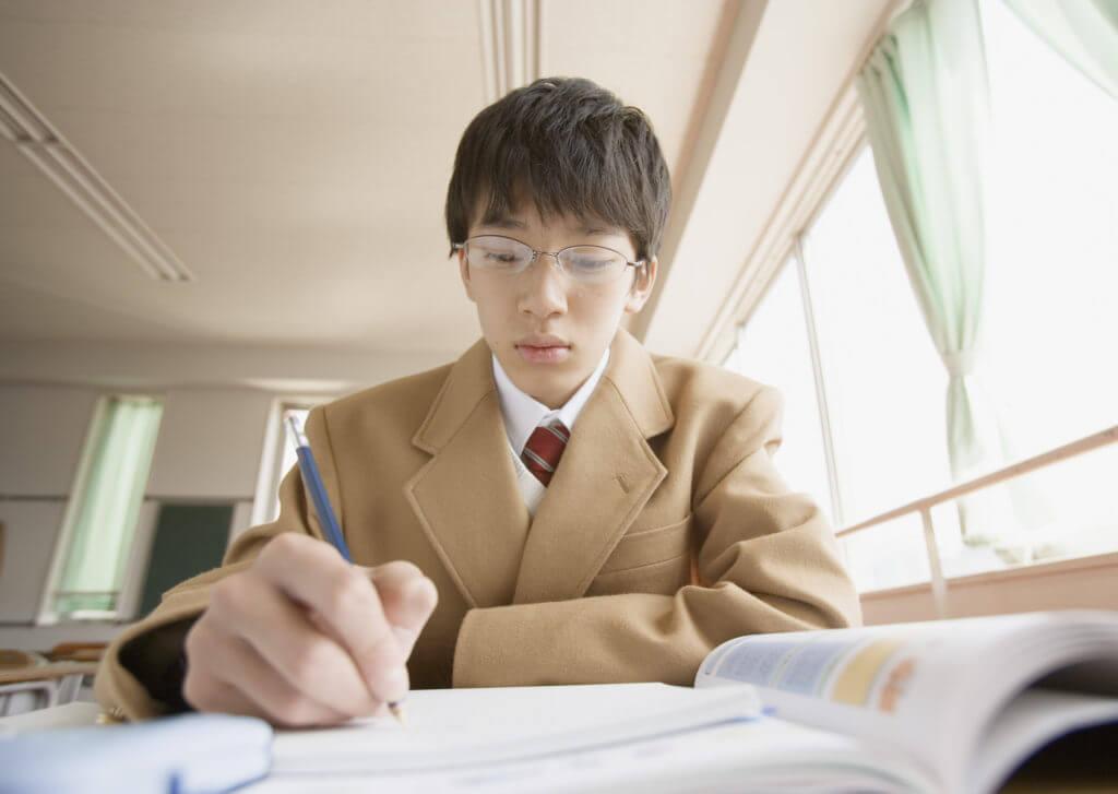 勉強してる男の子