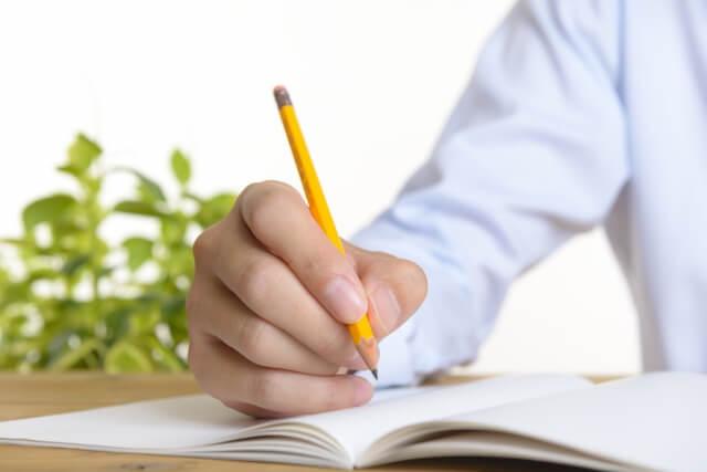 集中して勉強している様子